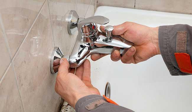 Comment démonter un robinet de douche à double poignée ?