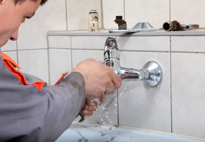 Arrêter une fuite d'eau : quelles solutions ?